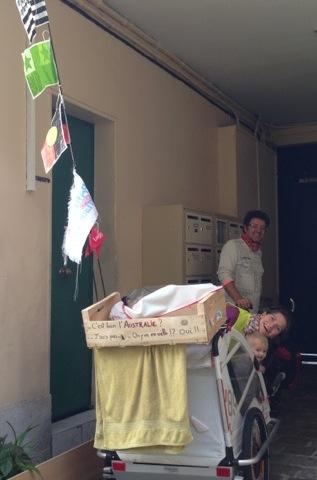 Auriane est très fière de sa carriole.